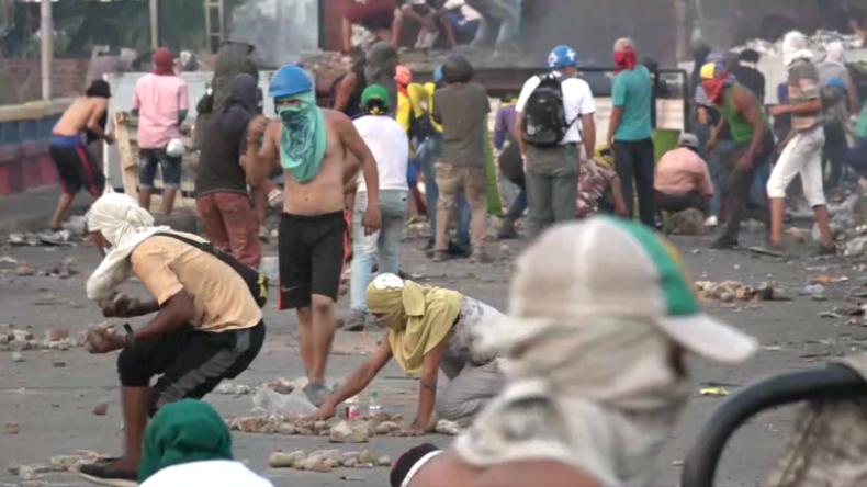 Venezolanische Truppen schlagen erneuten gewaltsamen Protest an Grenzbrücke zu Kolumbien zurück