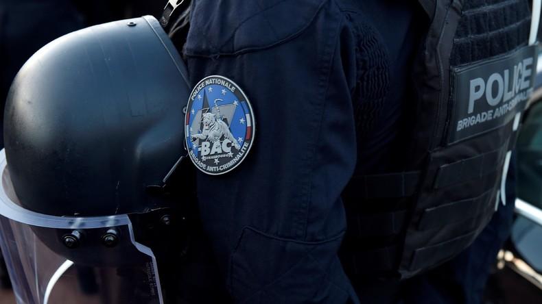 Voll auf die Zwölf: Französischer Polizist verpasst Chef Kopfnuss während Gelbwesten-Demo (Video)