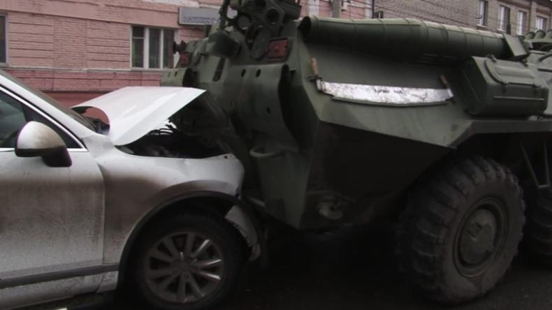 Kursk: Zu spät gebremst – Mehrere Autos zwischen gepanzerten Transportern zerquetscht