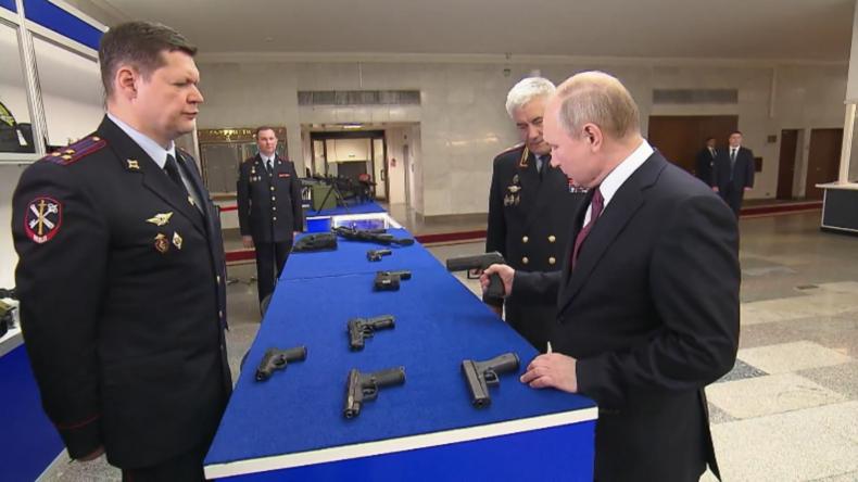 Zu den Waffen! Putin inspiziert die nächste Generation russischer Polizeiwaffen