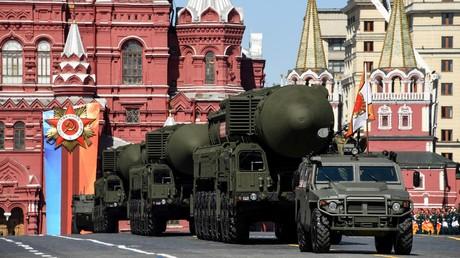 Russische interkontinentale ballistische Raketensysteme des Typs Yars RS-24 ziehen während einer Militärparade am 9. Mai 2018 in Moskau über den Roten Platz.