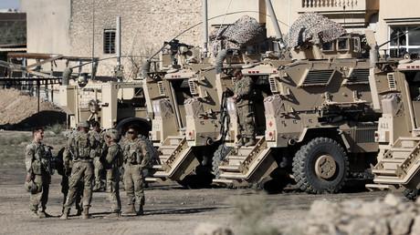 US-Soldaten sind am 23. November 2016 neben ihren gepanzerten Fahrzeugen in der Nähe einer irakischen Militärbasis am Rande von Mossul zu sehen.