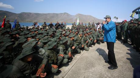 Wird von mehreren EU-Statten nicht mehr anerkannt: Venezuelas Präsident Nicolás Maduro während einer Ansprache vor Soldaten (Turiamo, 3. Februar)