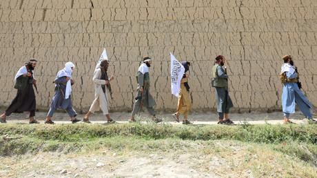 Mitglieder der Taliban mit Fahnen zum Ausdruck eines vorübergehenden Waffenstillstands, Nangarhar Provinz, Afghanistan, 16. Juni 2018.