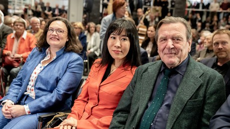 Nahles und Schröder im November 2018, zwischen ihnen Schröder-Kim So-yeon, Schröders fünfte Ehefrau
