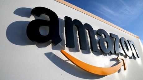 (Archivbild) Das Logo von Amazon am Logistikzentrum des Unternehmens in Boves
