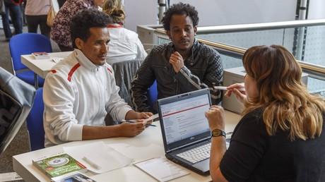 (Symbolbild: Migranten und Asylsuchende aus Eritrea auf Job- und Lehrstellensuche bei der Jobbörse in Cottbus)