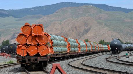 Elemente für den Bau eienr Pipeline im Rahmen des Trans Mountain Expansion Projekts von Kinder Morgan in Kanada.