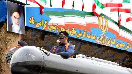 Taucher der Marine in einem Ein-Mann-U-Boot bei einer Militärparade in Teheran, Iran, 18. April 2006.