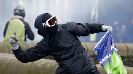 Ein vermummter Demonstrant wirft ein Projektil in Richtung Polizei, Nantes, Frankreich, 26. Januar 2019.