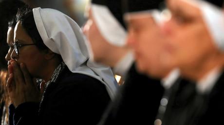 Katholische Nonnen beim Gebet