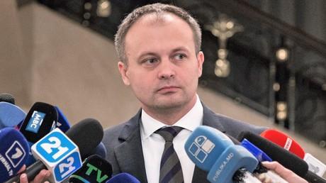 Der moldawische Parlamenstchef  und stellvertretende Vorsitzende der Demokratischen Partei Andrian Candu vor Journalisten.