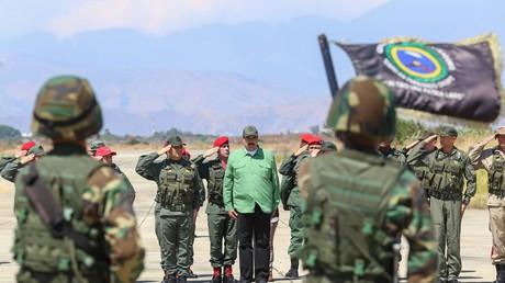 Der venezolanische Präsidenten Nicolas Maduro (M) bei einer Zeremonie während Militärübungen auf der Libertador Luftwaffenbasis.
