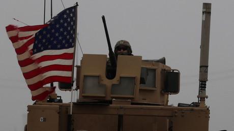 US-Soldat auf einem gepanzerten Mannschaftswagen in der Nähe der syrischen Stadt Manbidsch am 30. Dezember 2018