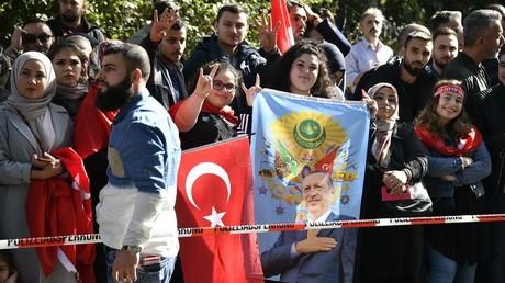 Beim Besuch in Köln des türkischen Präsidenten Erdoğan am 29. September 2018 halten Symphatisanten türkische Fahnen und ein Porträt von ihm hoch.