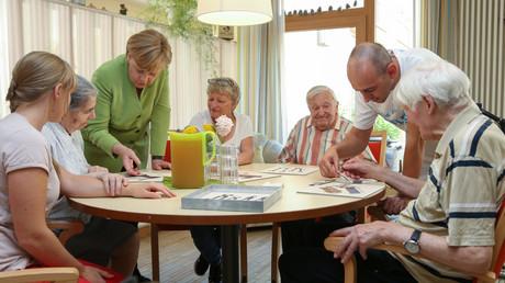 Angela Merkel bei einem Besuch in einem Pflegeheim, Paderborn, Deutschland, 16. Juli 2018.