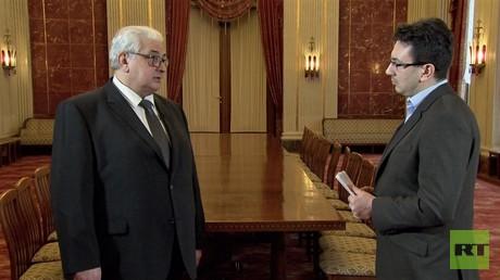Der russische Botschafter Sergej J. Netschajew (links) im Spiegelsaal der russischen Botschaft in Berlin im Gespräch mit dem RT-Deutsch-Redakteur Wladislaw Sankin