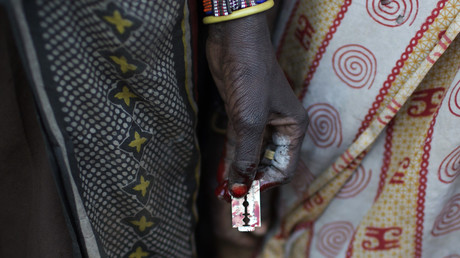 Eine Frau des Stammes der Pokot hält nach der Beschneidung von vier Mädchen eine Rasierklinge in der Hand, Kenia, 16. Oktober 2014.