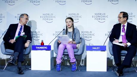 Thunberg während einer Debatte auf dem Weltwirtschaftsforum am 25. Januar 2019. Links von ihr der Präsident der Bank von Frankreich,   François Villeroy de Galhau, rechts der Vorstandsvorsitzende des Beratungsunternehmens Willis Towers Watson, John J. Haley.