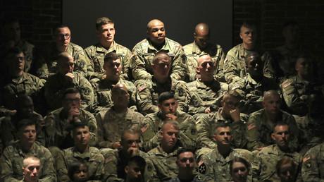 Angehörige der US-Armee lauschen am 21. August 2017 auf der Militerbasis in Arlington, Virginia der Rede des US-Präsidenten Donald Trump über die Perspektiven des US-Militäreinsatzes in Afghanistan.