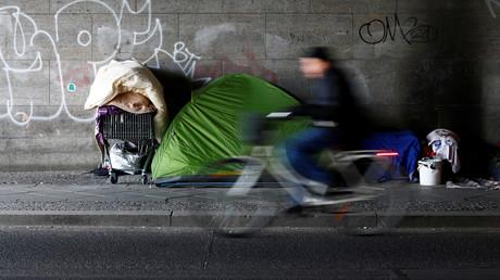 Ein Radfahrer passiert ein Obdachlosenzelt in Berlin, Deutschland, 27. Februar 2018.