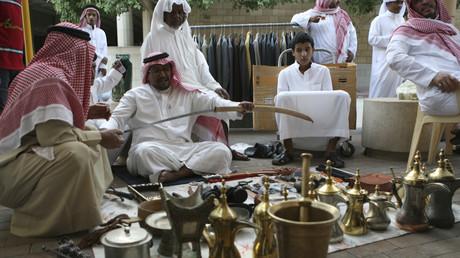 Symbolbild: Ein Verkäufer präsentiert am 16. November 2007 auf dem Suq az-Zall in Riad, Saudi-Arabien ein Schwert.