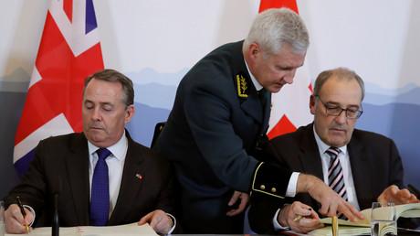 Der britische Minister für internationalen Handel Liam Fox und der Schweizer Wirtschaftsminister Guy Parmelin unterzeichnen das bilaterale Abkommen, Bern, Schweiz, am 11. Februar 2019.