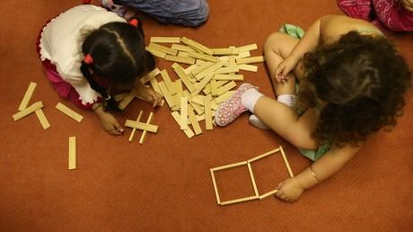 (Symbolfoto) Kinder spielen in einer Kindertagesstätte in Hamburg.