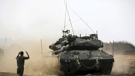 Ein israelischer Soldat gibt einem Panzerfahrer Anweisungen, Golanhöhen, 21. August 2015.
