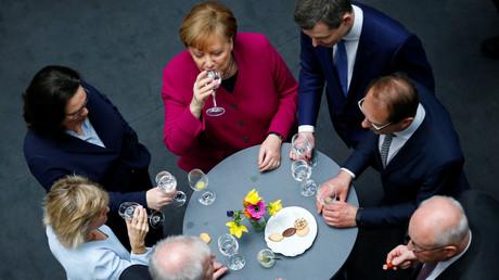 CDU, CSU und SPD unterzeichnen im Rahmen einer Feierstunde in Berlin den Koalitionsvertrag, 12. März 2018.