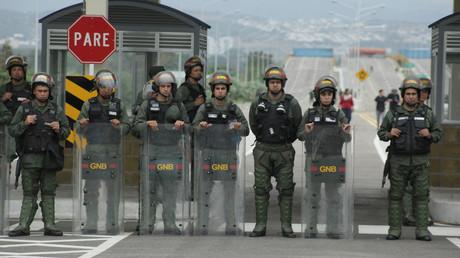 Venezolanische Nationalgarden am Eingang der grenzüberschreitenden Brücke von Tienditas zwischen Kolumbien und Venezuela in Tienditas, Venezuela, am 8. Februar 2019.