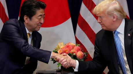 US-Präsident Donald Trump begrüßt den japanischen Premierminister Shinzo Abe während eines bilateralen Treffens am Rande der 73. Sitzung der Generalversammlung der Vereinten Nationen in New York, USA, am 26. September 2018.
