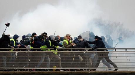 Der ehemalige Box-Champion Christophe Dettinger drängt Polizisten über die Leopold-Sedar-Senghor Brücke in Paris, Frankreich, 5. Januar 2019.