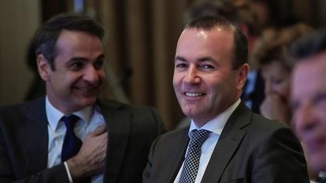 Weber auf der EVP-Konferenz in Athen, links neben ihm Kyriakos Mitsotakis.