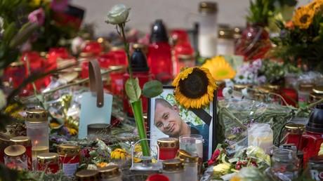 Blumen, Kerzen und ein Bild des Opfers stehen am 28.08.2018 an dem Ort in der Brückenstrasse in Chemnitz, an dem der 35 -jährige Daniel H. tödlich verletzt wurde.