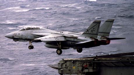 Ein Tomcat-Kampfflugzeug F-14 der US Navy startet vom Flugzeugträger John F. Kennedy am 1. März 1993.