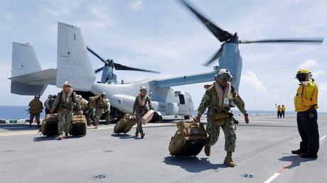 Auf den Jungferninseln in der Karibik zieht das US Marine Corps im September 2017 seine Ausrüstung von einer MV-22B Osprey auf das Deck des Flugzeugträgers USS Kearsarge.