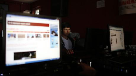 Die Folge des neuen EU-Urheberrechts sind Upload-Filter. Es handelt sich um Software, mit der Plattformen beim Hochladen überprüfen können, ob Bilder, Videos oder Musik urheberrechtlich geschützt sind. Kritiker befürchten, dass auch legale Inhalte, Parodien oder Zitate aussortiert werden könnten.