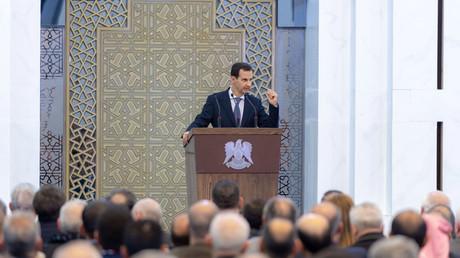Ein von der offiziellen syrisch-arabischen Nachrichtenagentur SANA am 17. Februar 2019 veröffentlichtes Bild zeigt Präsident Baschar al-Assad, der eine Rede bei einem Treffen der Gemeindevorsteher in der Hauptstadt Damaskus hält.
