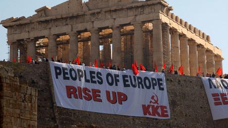Aktivisten der Kommunistischen Partei Griechenlands verschönerten im Jahr 2010 die Akropolis in Athen mit der Aufforderung an die Völker Europas, aufzustehen.