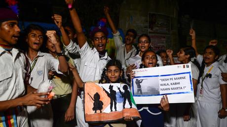 Studenten in der ostindischen Stadt Chennai protestieren am 18. Februar 2019 gegen Pakistan und fordern Vergeltung für die 44 getöteten Mitglieder einer paramilitärischen Truppe, die am 15. Februar bei einem Anschlag in Kaschmir ums Leben kamen.