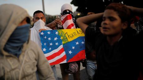 Ausgestattet mit einem Molotow-Cocktail und Fahnen der USA und Venezuelas demonstrieren diese Regierungsgegner in Caracas (2. Februar)
