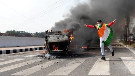 Nach dem Terroranschlag in Kaschmir kam es in indischen Städten zu gewalttätigen Protesten (Jammu, 15. Februar).
