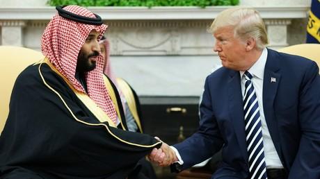 US-Präsident Donald Trump schüttelt Saudi-Arabiens Kronprinz Mohammed bin Salman am 20. März 2018 im Weißen Haus die Hand.