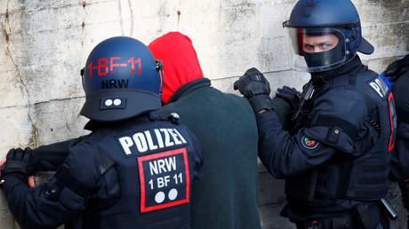 Polizisten einer Beweissicherungs- und Festnahmeeinheit (BFE) nehmen in Bochum einen Fußballfan fest. (4. Februar 2019)