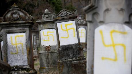Mit Hakenkreuzen geschändete Gräber auf dem jüdischen Friedhof in Quatzenheim bei Straßburg, Frankreich, am 19. Februar 2019.