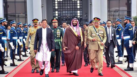 Der saudische Kronprinz Mohammed bin Salman (R) wird vom pakistanischen Premierminister Imran Khan in Islamabad empfangen.