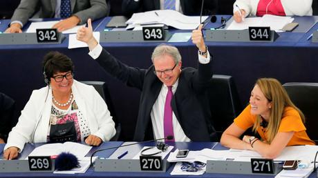 Der Berichterstatter für Urheberrecht, Axel Voss, feiert nach einer Abstimmung über Änderungen an den EU-Urheberrechtsreformen während einer Abstimmungssitzung des Europäischen Parlaments in Straßburg am 12. September 2018.