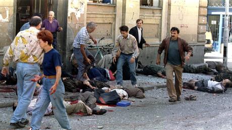 Helfer bergen Tote und Verwundete nach dem Granateinschlag auf dem Markale-Markt in Sarajewo.