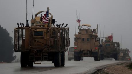 Ein Foto vom 30. Dezember 2018 zeigt eine Reihe von US-Militärfahrzeugen in Syriens nördlicher Stadt Manbidsch.